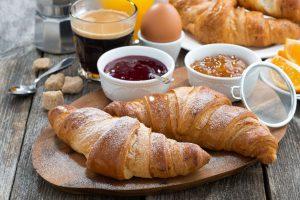 Croissant-Fruehstueck